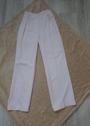 Нарядные пудровые свободные брюки со стрелками