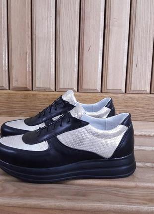Лёгкие кожаные кроссовки