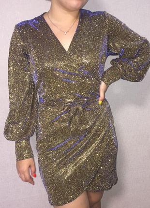 Блестящее платье с объёмными рукавами