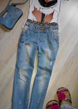 Рваные джинсы бойфренд с оригинальным поясом и потертостями