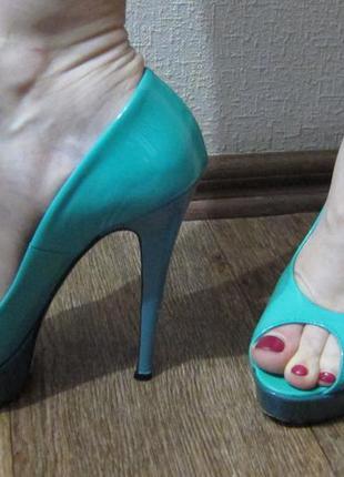Бирюзовые лаковые туфли на каблуке vero cuoio