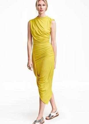 Желтое  платье h&m с драпировкой h&m горчичное миди