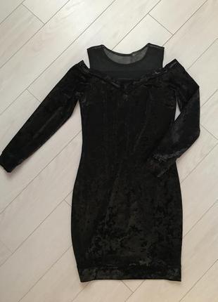 Чёрное,велюровое платье с открытыми плечами.