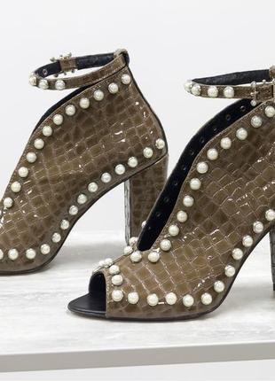 Эксклюзивные туфли с открытым носиком из натуральной лаковой кожи на каблуке