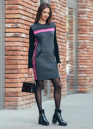 Платье-свитер цвет графити с малиновыми лампасами