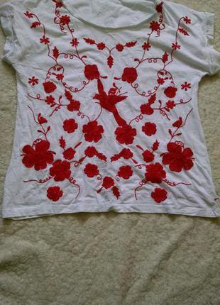 Красивая футболка с вышивкой
