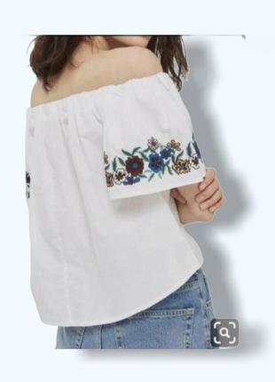 Белая блуза рубашка аля вышиванка с вышитыми рукавчиками и открытыми плечами