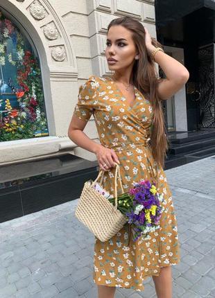 Платье на запах в цветок миди