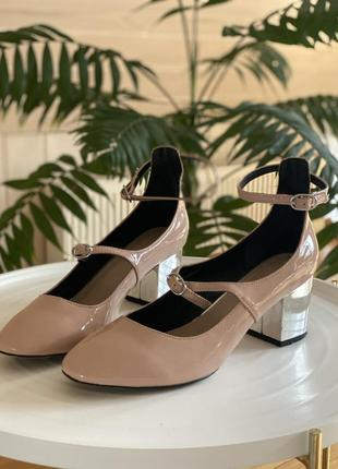 Лаковые пудровые туфли на серебряном каблуке