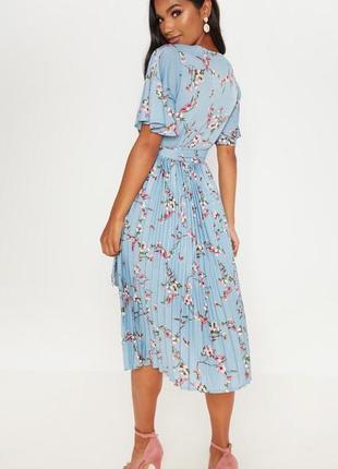 Prettylittlething блакитна міді-сукня з принтом в квіти