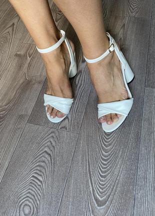 Актуальные белые босоножки на устойчивом круглом каблуке