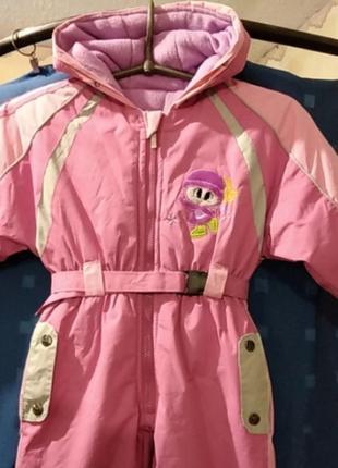 Яркий зимний комбинезон для девочки на 2-3 года.