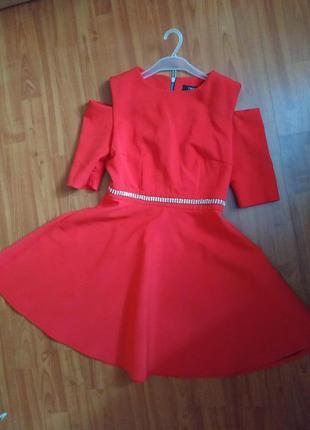Красное платье с открытыми плечами trg
