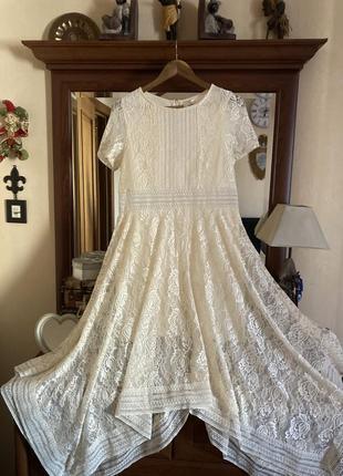 Платье для особых случаев цвета шампань с расклешенной ассиметричной юбкой