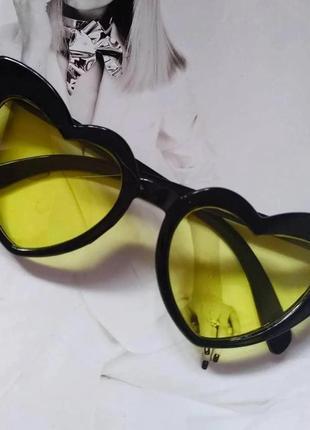 Женские очки солнцезащитные в форме сердца чёрный с жёлтым
