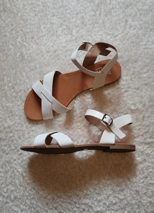 Новые белые босоножки сандалии на низком ходу f&f