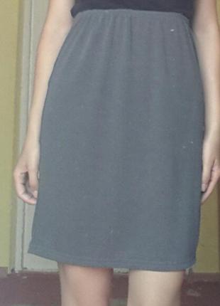Красивая серая юбка на повышенной талии  сзади с разрезом