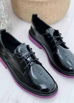 Чёрные лаковые туфли на низком каблуке,закрытые лакированные туфли на шнуровке