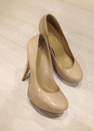 Кожаные качественные бежевые туфли на каблуке аldo