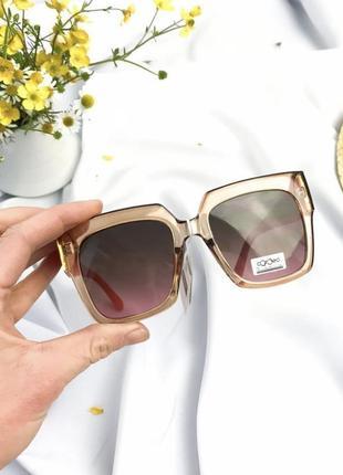 Шикарные солнцезащитные очки в большой оправе