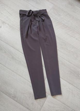 Серые штаны с высокой посадкой чиносы