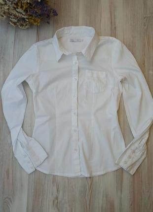 Белая рубашка с длинными рукавами