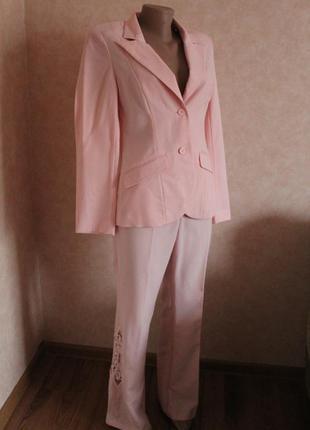 Нежно розовый брючный костюм двойка