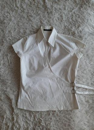 Белая блуза с интересным дизайном и коротким рукавом