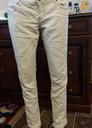 Белые фирменные джинсы
