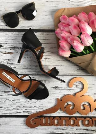 Безупречные босоножки с декоративными ремешками на оригинальном каблуке