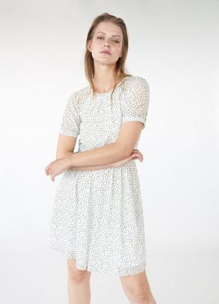 Белое короткое платье в горошек mohito