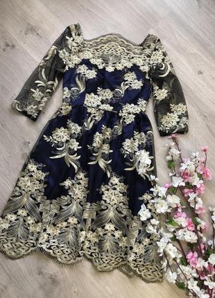Шикарное нарядное платье с открытыми плечами золотистой вышивкой