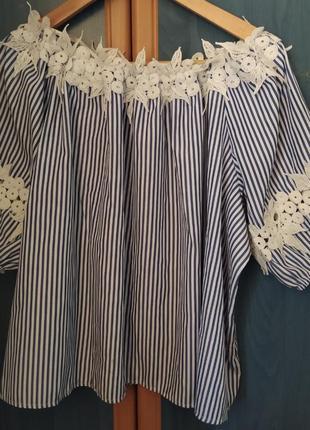 Лёгкая блузка со спущенными плечами