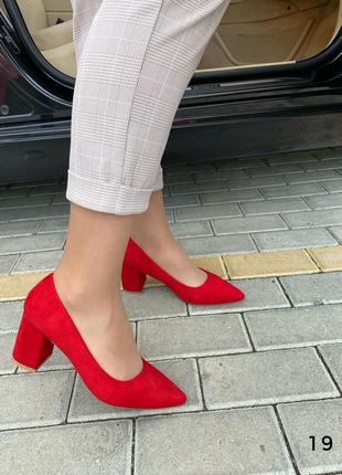 Яркие туфли на устойчивом каблуке