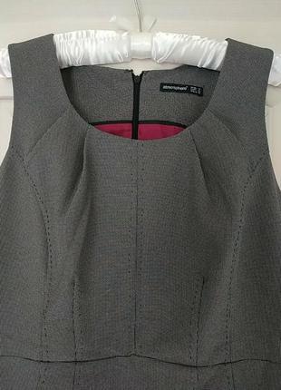 Коассное офисное платье-сарафан