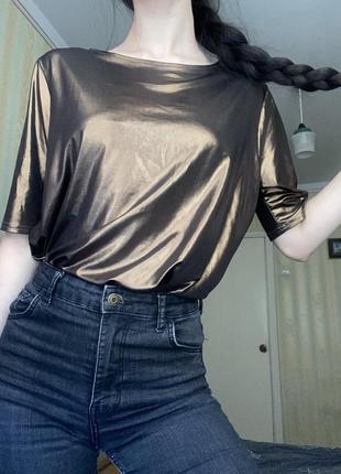Яркая футболка на вечер с открытой спинкой