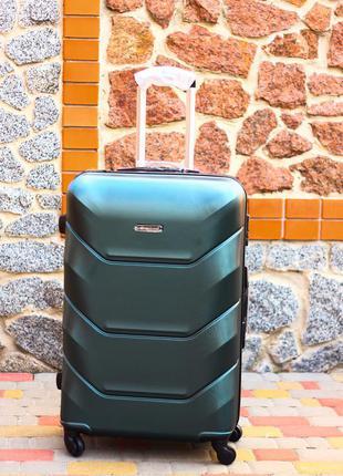 Средний зеленый пластиковый чемодан