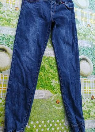 Синие джинсы на резинке и пояс и внизу