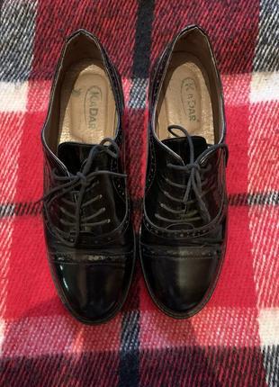 Крутые кожаные туфли на шнуровке