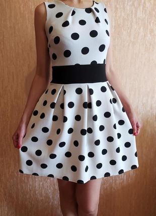 Красивое платье с принтом в черный горошек.