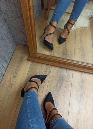 Черные туфли лодочки замшевые с переплетом закрытые босоножки