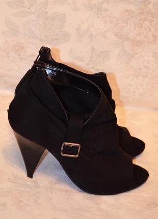 Красивые ботинки с открытым носком