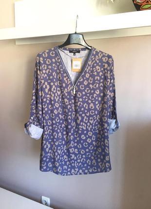 Натуральная блуза на замочке с анимплистичным принтом
