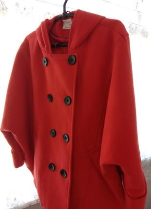 Шикарное и элегантное яркое пальто