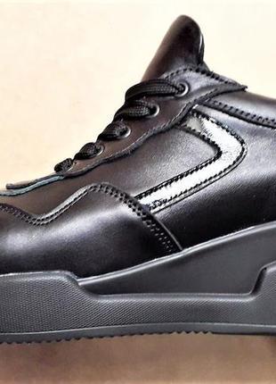 Классические черные кроссовки на удобной  платформе