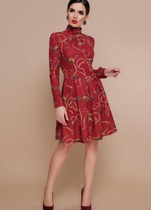 Бордовое платье с принтом-бабочками