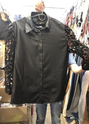 Черная рубашка с эко- кожи