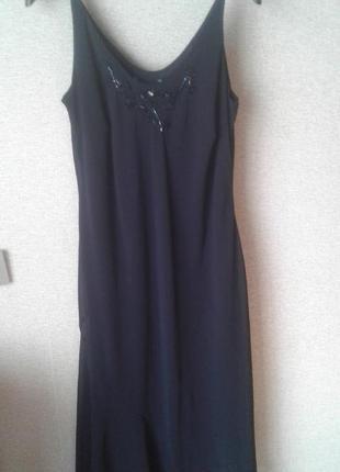 Угольно-черное платье с вышивкой.