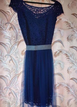 Синее кружевное платье с фатиновой юбкой