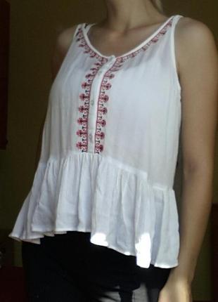 Красивая белая маечка с вышивкой